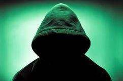 Mit Kapuze Mann mit Gesicht im Schatten Stockbilder
