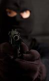 Mit Kapuze Räuber mit einem Gewehr Lizenzfreie Stockfotografie