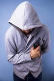 Mit Kapuze Verbrecher mit Gewehr Lizenzfreie Stockfotos