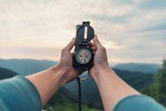 Mit Kompass in den Bergen Stockfotografie