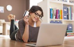 Mit Kreditkarte on-line-kaufen Stockfoto