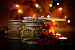 Mit kutia - traditionelles Weihnachtssüße Mahlzeit in Ukraine, in Weißrussland und in Polen, auf Holztisch, rollen heller Hinterg Stockfotografie