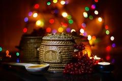 Mit kutia - traditionelles Weihnachtssüße Mahlzeit in Ukraine, in Weißrussland und in Polen, auf Holztisch, rollen heller Hinterg Stockfotos