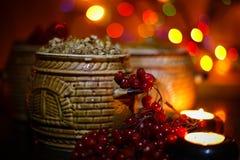 Mit kutia - traditionelles Weihnachtssüße Mahlzeit in Ukraine, in Weißrussland und in Polen, auf Holztisch, rollen heller Hinterg Lizenzfreies Stockbild