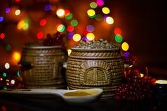 Mit kutia - traditionelles Weihnachtssüße Mahlzeit in Ukraine, in Weißrussland und in Polen, auf Holztisch, rollen heller Hinterg Stockbilder