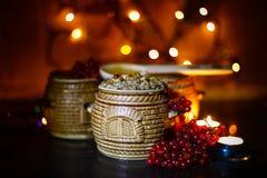 Mit kutia - traditionelles Weihnachtssüße Mahlzeit in Ukraine, in Weißrussland und in Polen, auf Holztisch, rollen heller Hinterg Lizenzfreie Stockfotos
