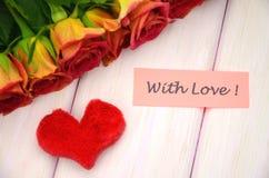 Mit Liebeswünschen und Blumenstrauß von herrlichen roten Rosen Lizenzfreies Stockfoto