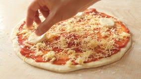 Mit Mozzarella eine rohe Kohle margherita Pizza schmücken Abschluss oben stock footage