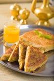 Mit Mutabbaq ein populäres Araberramadan-Lebensmittel wo Brot, wenn Sie angefüllt werden Stockbilder