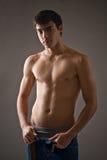 Mit nacktem Oberkörper junger Mann Stockfotos