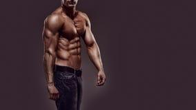 Mit nacktem Oberkörper junger Mann Stockbild