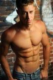 Mit nacktem Oberkörper junger Mann Stockfoto