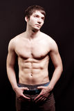 Mit nacktem Oberkörper junger Mann mit dem reizvollen Abdomen Lizenzfreies Stockfoto