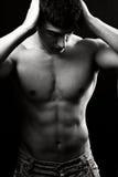 Mit nacktem Oberkörper reizvoller muskulöser Mann Stockfotos