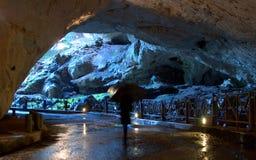 Mit Regenschirm in der Höhle Stockfoto