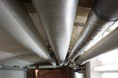 Mit Rohren im Keller di Wassersystem Fotografia Stock