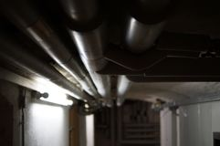 Mit Rohren im Keller di Wassersystem Immagine Stock