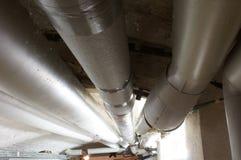 Mit Rohren im Keller di Wassersystem Immagini Stock