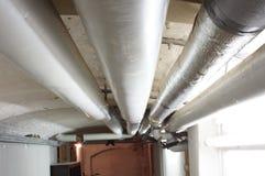 Mit Rohren im Keller Wassersystem Стоковое Фото
