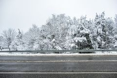 Mit Salz vorbereitete Straße während des Winters Lizenzfreies Stockbild