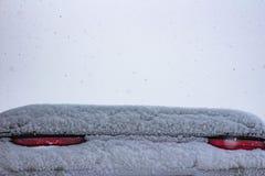 Mit Schneehaltesignalen ein Sportauto bedeckt stockbild
