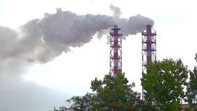 Mit Schornsteinen stößt Rauch in die Luft aus stock video