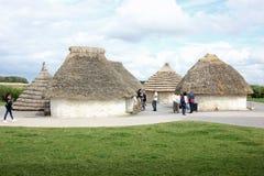 Mit Stroh gedeckte Häuser von neolithischen Stämmen, die Stonehenge-Monument errichteten Lizenzfreie Stockfotos