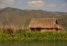 Mit Stroh gedeckte Hütte auf Inle See lizenzfreie stockfotografie