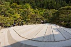 Mit weißem Sand von Karesansui im japanischen Garten von Ginkakuji Te Stockfotos