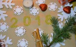 2018 mit Weihnachtsdekoration Konzept des neuen Jahres und des Weihnachten Gold Abbildung 2018 auf dem Hintergrund von Schneefloc Lizenzfreie Stockbilder