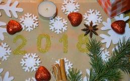 2018 mit Weihnachtsdekoration Konzept des neuen Jahres und des Weihnachten Gold Abbildung 2018 auf dem Hintergrund von Schneefloc Lizenzfreies Stockbild