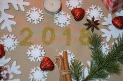 2018 mit Weihnachtsdekoration Konzept des neuen Jahres und des Weihnachten Gold Abbildung 2018 auf dem Hintergrund von Schneefloc Lizenzfreie Stockfotos