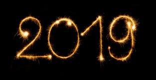 2019 mit Wunderkerzen auf schwarzem Hintergrund Lizenzfreies Stockbild