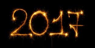 2017 mit Wunderkerzen auf schwarzem Hintergrund Lizenzfreies Stockfoto