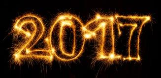 2017 mit Wunderkerzen auf schwarzem Hintergrund Stockbild