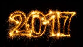 2017 mit Wunderkerzen auf schwarzem Hintergrund Lizenzfreies Stockbild