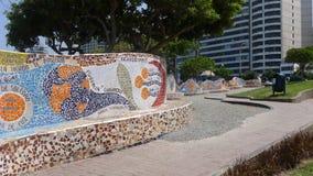 Mit Ziegeln gedeckte Bank und Außengebäude in einem Park von Lima Stockbilder