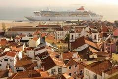 Mit Ziegeln gedeckte Dächer. Ansicht über Alfama-Viertel. Lissabon. Portugal stockfotografie