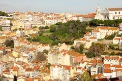 Mit Ziegeln gedeckte Dächer. Ansicht von Castelo de Sao Jorge. Lissabon. Portugal lizenzfreie stockfotos