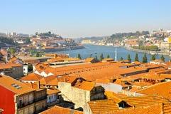 Mit Ziegeln gedeckte Dächer auf Duoro Fluss, Oporto Stockfoto