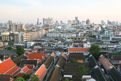 Mit Ziegeln gedeckte Dächer in Bangkok Stockfoto