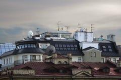 Mit Ziegeln gedeckte Dächer der Häuser Lizenzfreies Stockfoto