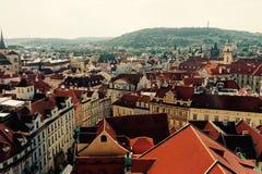 Mit Ziegeln gedeckte Dächer von altem Prag Stockfotografie