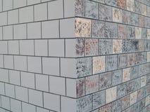 Mit Ziegeln gedeckte gekopierte Wand Stockfotos