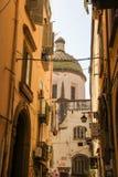 Mit Ziegeln gedeckte Haube in Neapel-Gassen Lizenzfreies Stockbild