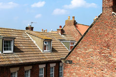 Mit Ziegeln gedeckte Hausdachspitzen Stockfotografie
