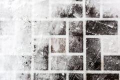 Mit Ziegeln gedeckte Pflasterung bedeckt mit Schnee Abdrücke auf glatter Oberfläche Abstrakte Winterbeschaffenheit Copyspace für  Stockbilder