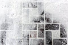 Mit Ziegeln gedeckte Pflasterung bedeckt mit Schnee Abdrücke auf glatter Oberfläche Abstrakte Winterbeschaffenheit Copyspace für  Lizenzfreie Stockbilder