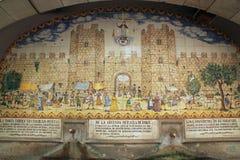 Mit Ziegeln gedeckte Trinkbrunnen des Mosaiks, welche die Stadtmauern und das Leben in Barcelona, Spanien darstellen Stockbild