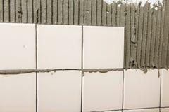 Mit Ziegeln gedeckte Wand im Prozess Lizenzfreies Stockbild